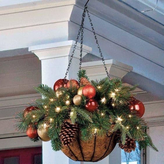 I vasi sospesi sono sempre un'ottima idea, soprattutto a Natale, quando possiamo spaziare con colori e luccichii vari
