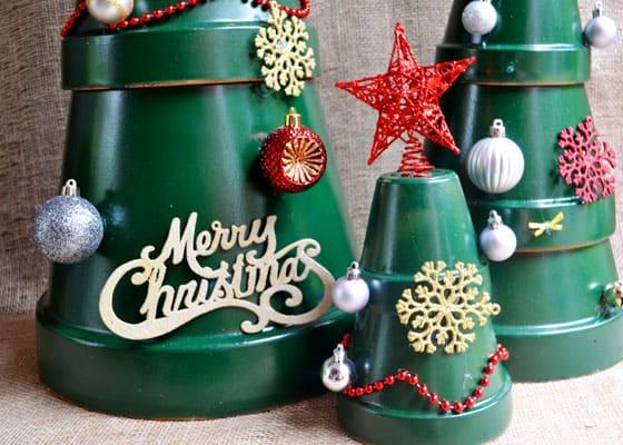 Con i vasi di terracotta si possono realizzare davvero molte cose e una di queste è questa sorta di albero di Natale alternativo