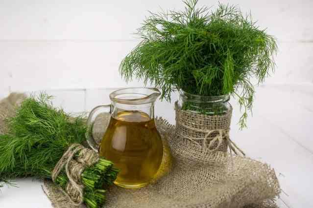 Se avete coltivato piante aromatiche in abbondanza, come rosmarino, basilico e timo, perché non preparare delle bottigliette d'olio, rigorosamente extravergine, aromatizzate?