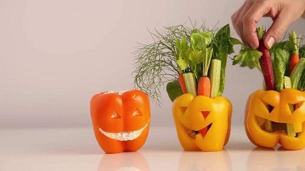 Peperoni mostruosi ripieni di verdure per la cena di Halloween