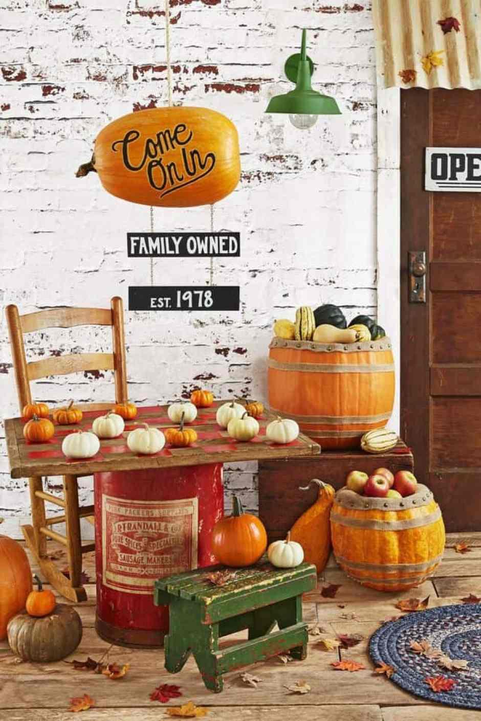 una bellissima idea per decorare il portico e l'ingresso di casa! Uno stand pieno di zucche e foglie con al centro una bellissima tavola di legno trasformata per l'occasione in scacchiera