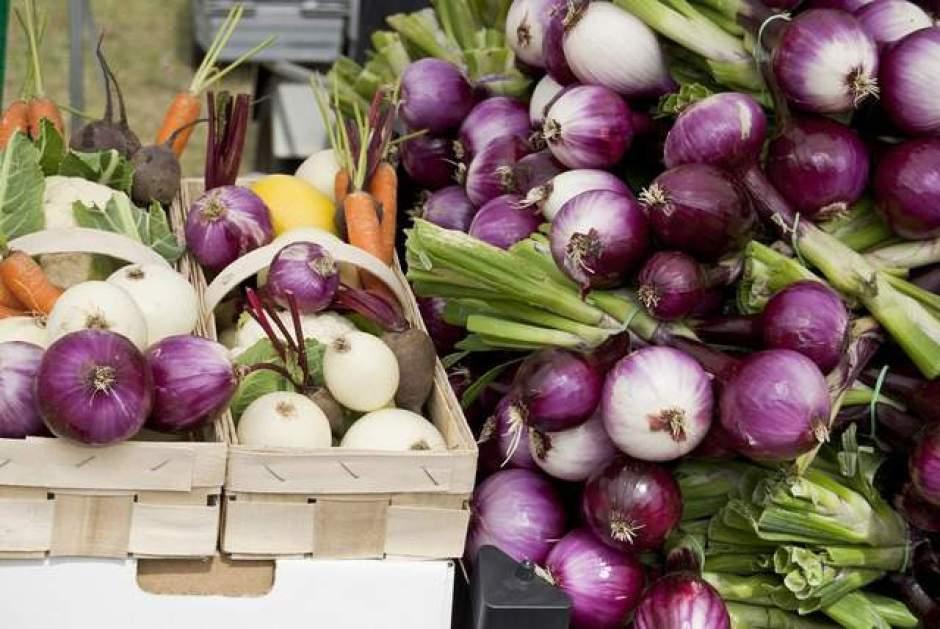 Cipolle bianche e cipolle rosse dopo il raccolto