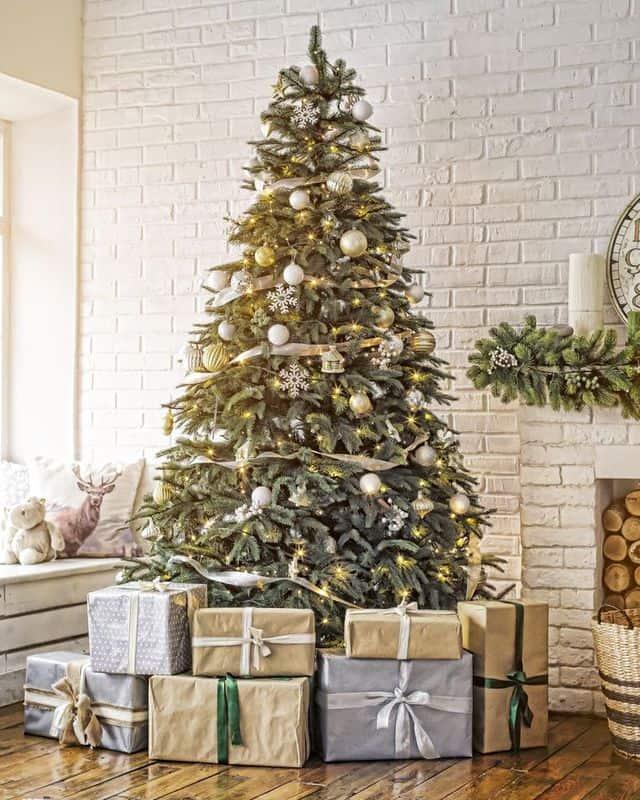 Albero di Natale decorato a tema bianco e oro