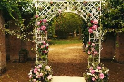 Arco fiorito per il giardino su supporto di legno