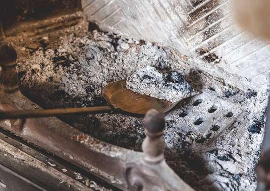 La cenere del camino, un ottimo composto naturale che aiuta a neutralizzare un terreno acido.
