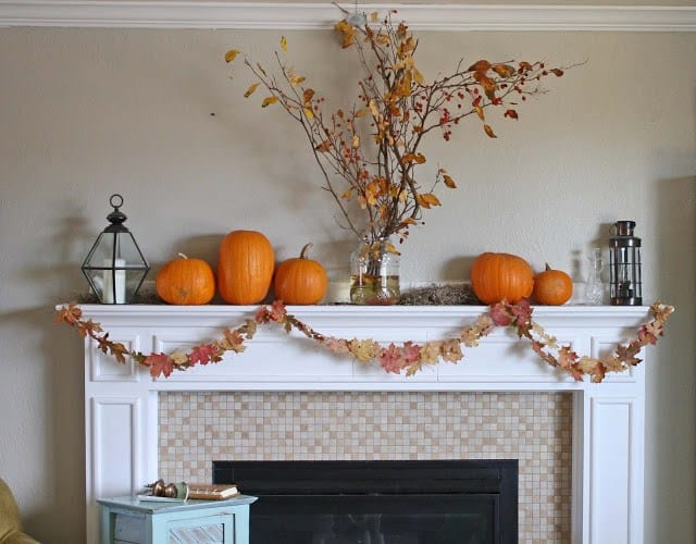 camino decorato con zucche e foglie