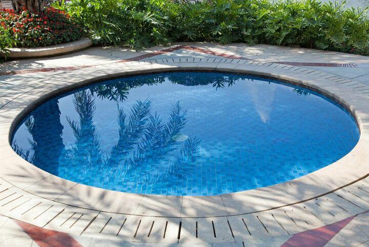 une piscine coque ronde pour les petits