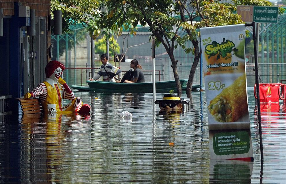Inondation d'un Mc Donald's à Bangkok