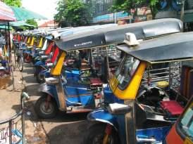 Tuk-Tuk-devant-un-marche-de-Bangkok
