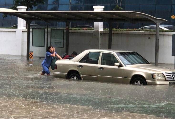 singapore-flood-girl-pushing-car