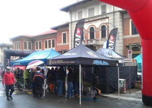 Aspettando la partenza (gazebo Guidi Rosas Bike Team)