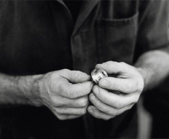 """Sono mani dei """"miei"""" uomini, preparati a dare il meglio dell'innovazione progettuale, che sanno attribuire alla ricerca la flessibilità necessaria per ottenere e produrre accessori nautici assolutamente sicuri, concepiti per durare nel tempo."""