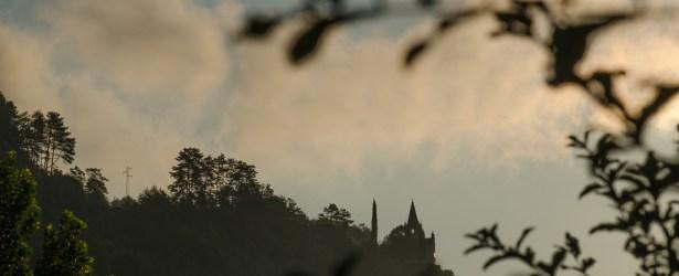 Le prime luci del mattino illuminano il Santuario di Montalbano a Mori
