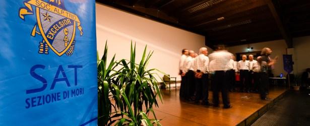 """Il Coro Voci Alpine Mori, diretto dal maestro Quinto Canali, dà il via alla serata """"Quatro ciacere"""" con i c ostruttori della via attrezzata di Montalbano."""