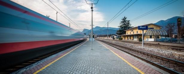 Treno in transito al binario 4. Non oltrepassare la linea gialla!