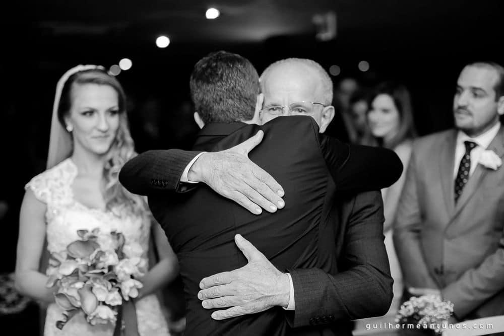 Fotografia de Casamento Luana e Alysson abraço do noivo e sogro