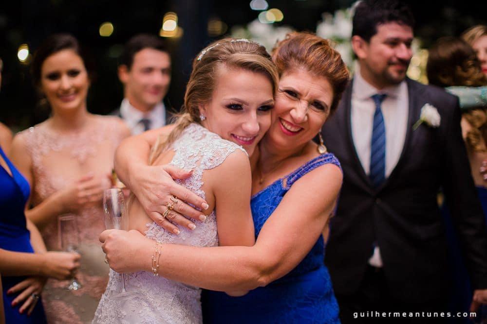 Fotografia de Casamento Luana e Alysson noiva abrançando mãe