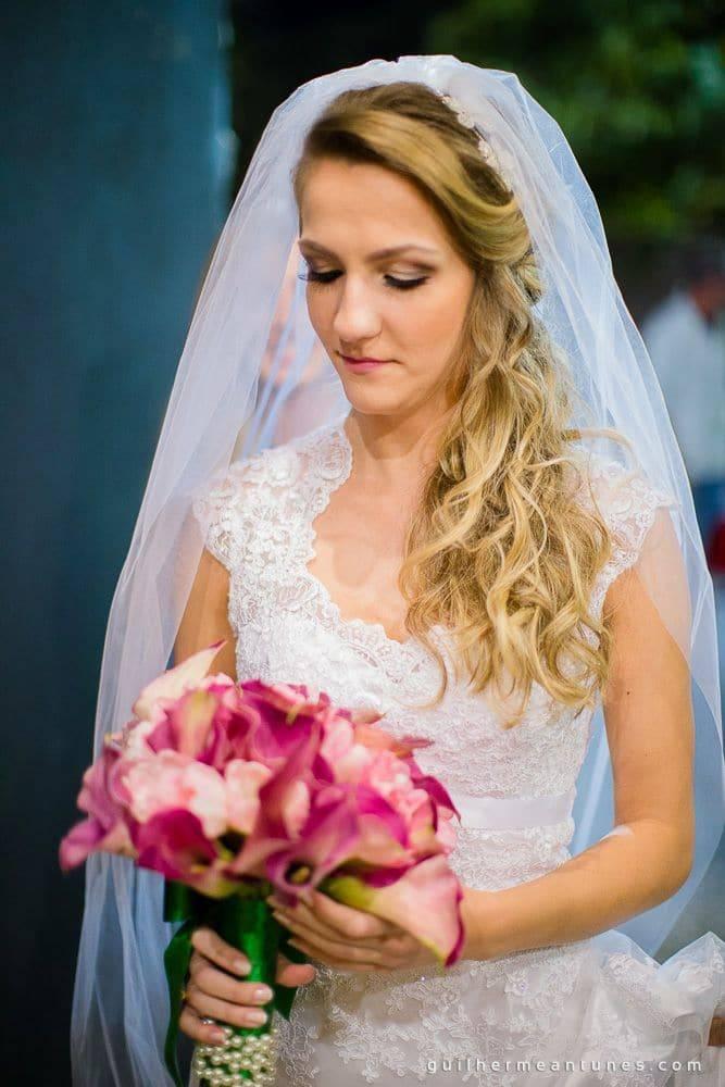 Fotografia de Casamento Luana e Alysson noiva segurando buquê