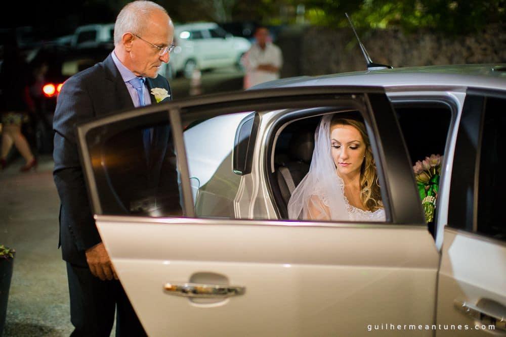 Fotografia de Casamento Luana e Alysson noiva chegando no restaurante Indaiá
