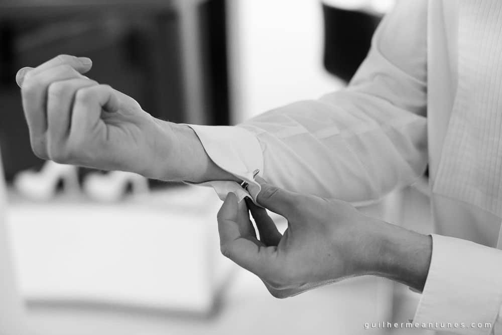 Fotografia de Casamento Luana e Alysson noivo abotoando camisa