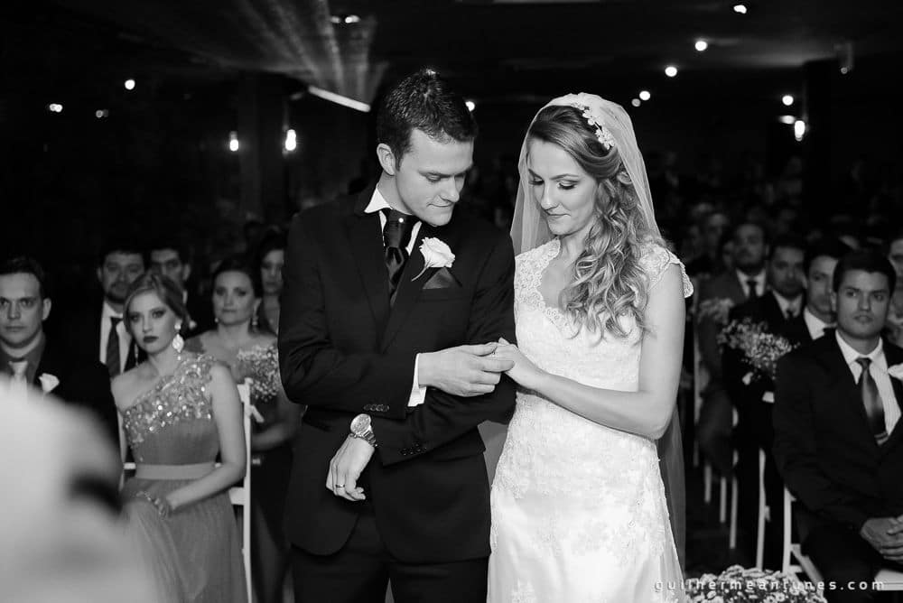 Fotografia de Casamento Luana e Alysson noivos no altar preto e branco
