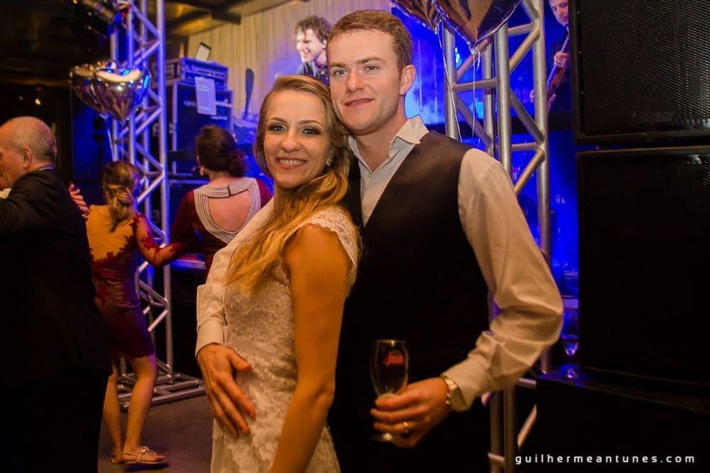 Fotografia de Casamento Luana e Alysson noivos após show de casamento
