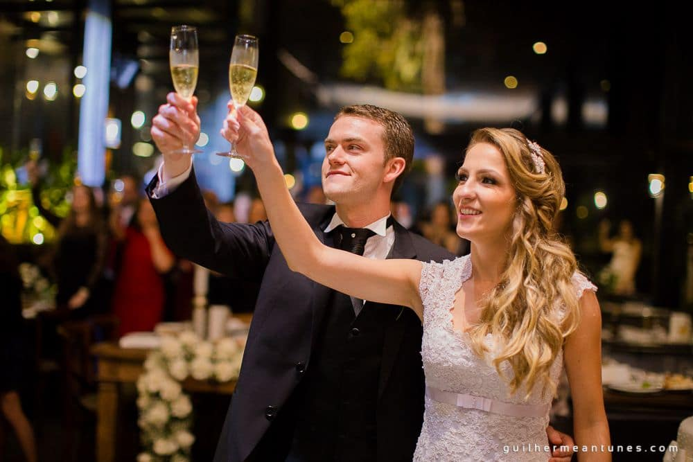 Fotografia de Casamento Luana e Alysson noivos brindando