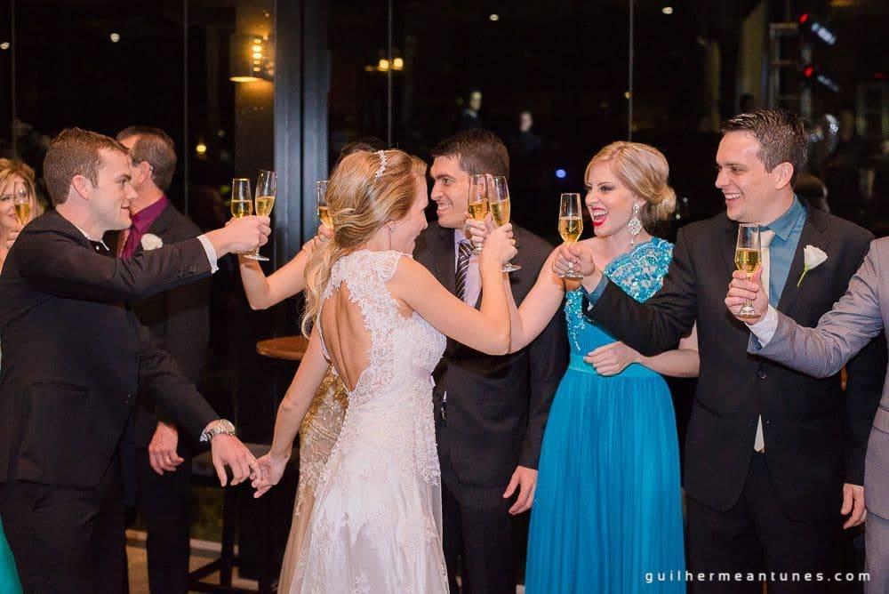 Fotografia de Casamento Luana e Alysson noivos e padrinhos brindando