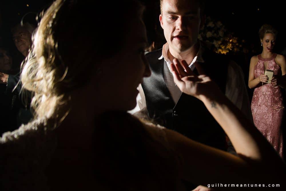 Fotografia de Casamento Luana e Alysson noivos na pista de dança de frente