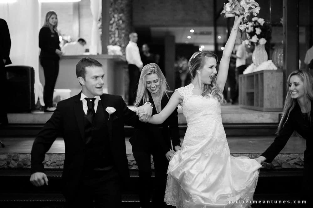 Fotografia de Casamento Luana e Alysson noivos saindo do casamento descontraídos