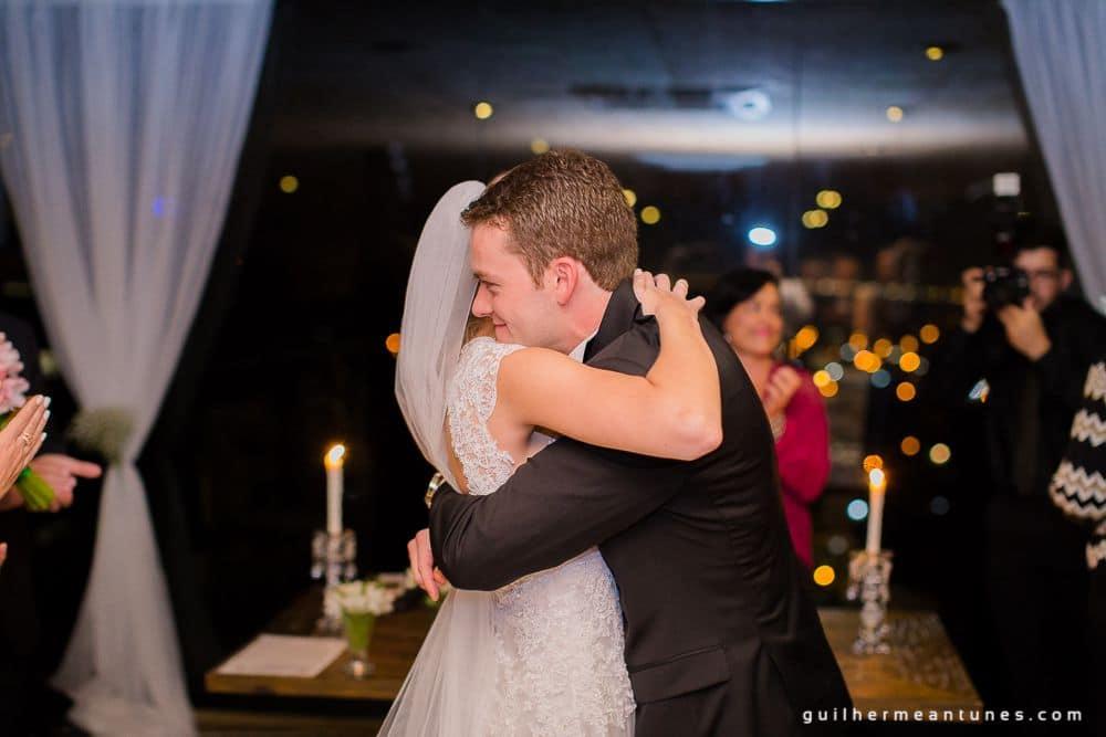 Fotografia de Casamento Luana e Alysson noivos se abraçando