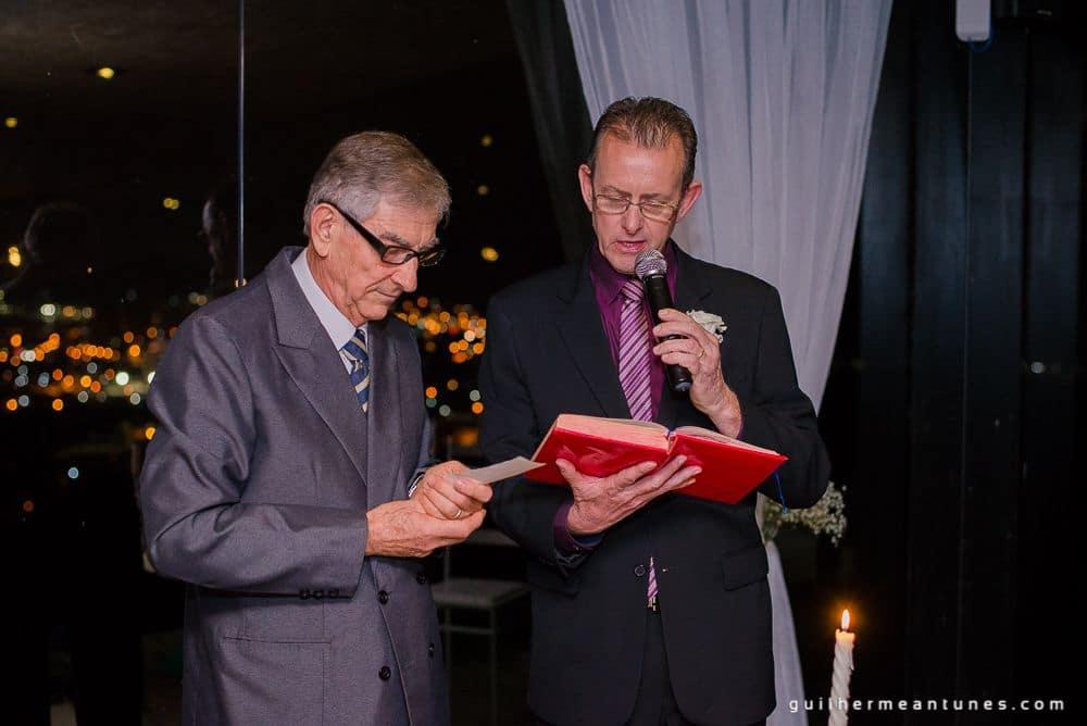 Fotografia de Casamento Luana e Alysson pai lendo votos de casamento