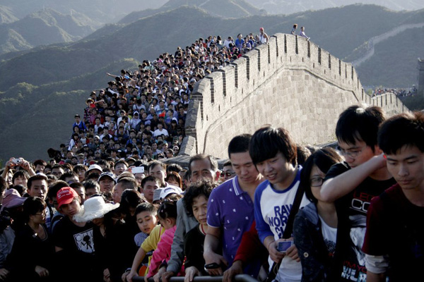 """Seas of people"" on the Great Wall during China's National Day holiday"
