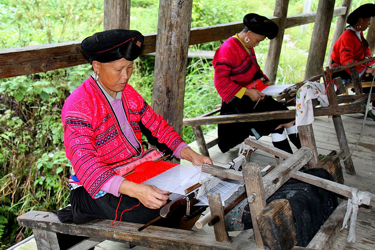 Yao women were weaving on the looms
