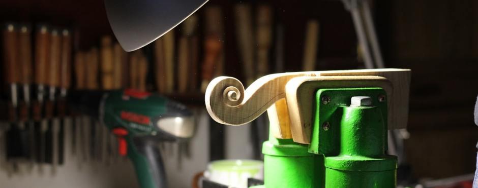 La sculpture d'une volute de violon à l'atelier.