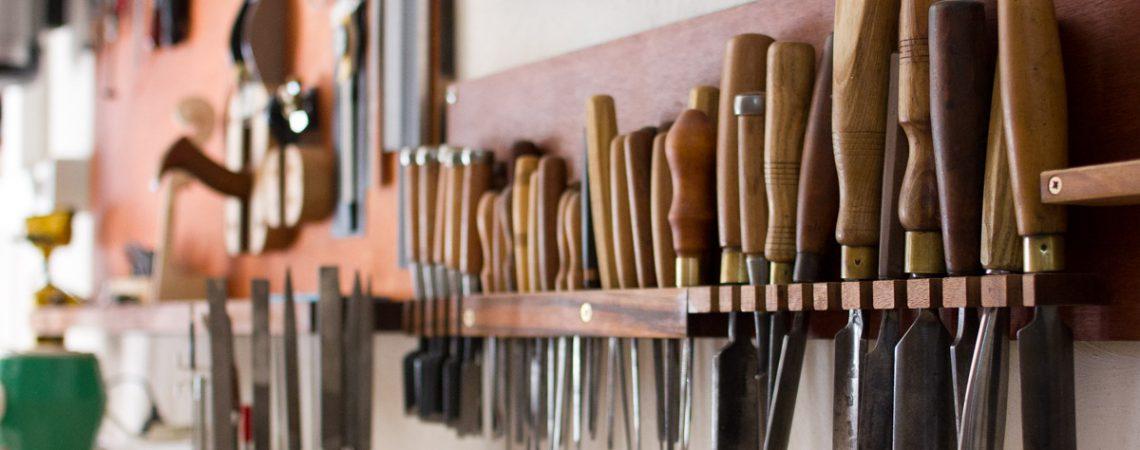 Rangée d'outils dans l'atelier du luthier