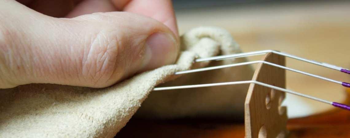 Un simple chiffon doux permet de nettoyer ses cordes de violon de manière efficace.