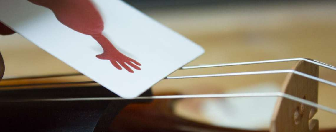 Comment nettoyer les cordes de son violon avec une carte en plastique
