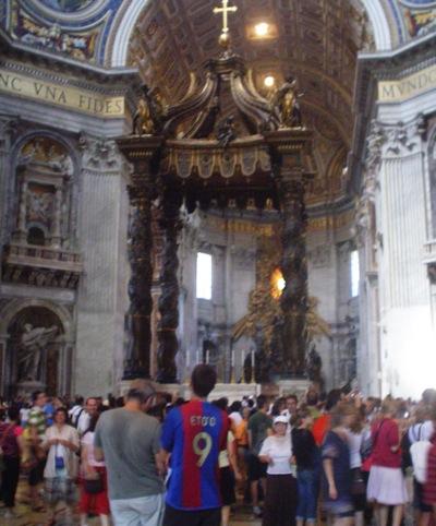 En la imagen, un español rodeado de personas normales en la Basílica de San Pedro (El Vaticano).