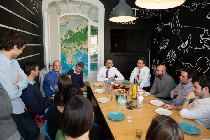 Visita del embajador de EEUU James Costos a las oficinas de Airbnb en Barcelona