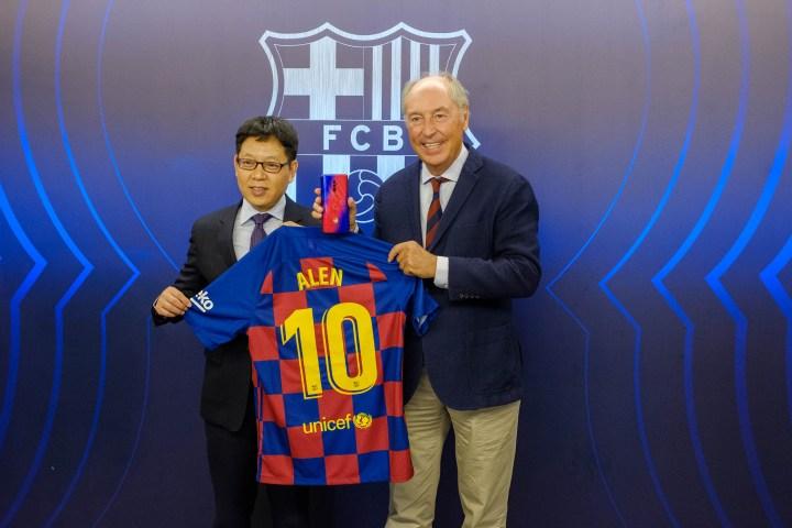 Josep Pont, responsable de l'àrea comercial del FCB, i Alen Wu, Global Vicepresident d'Oppo, en la renovació d'acord entre Oppo i el Futbol Club Barcelona