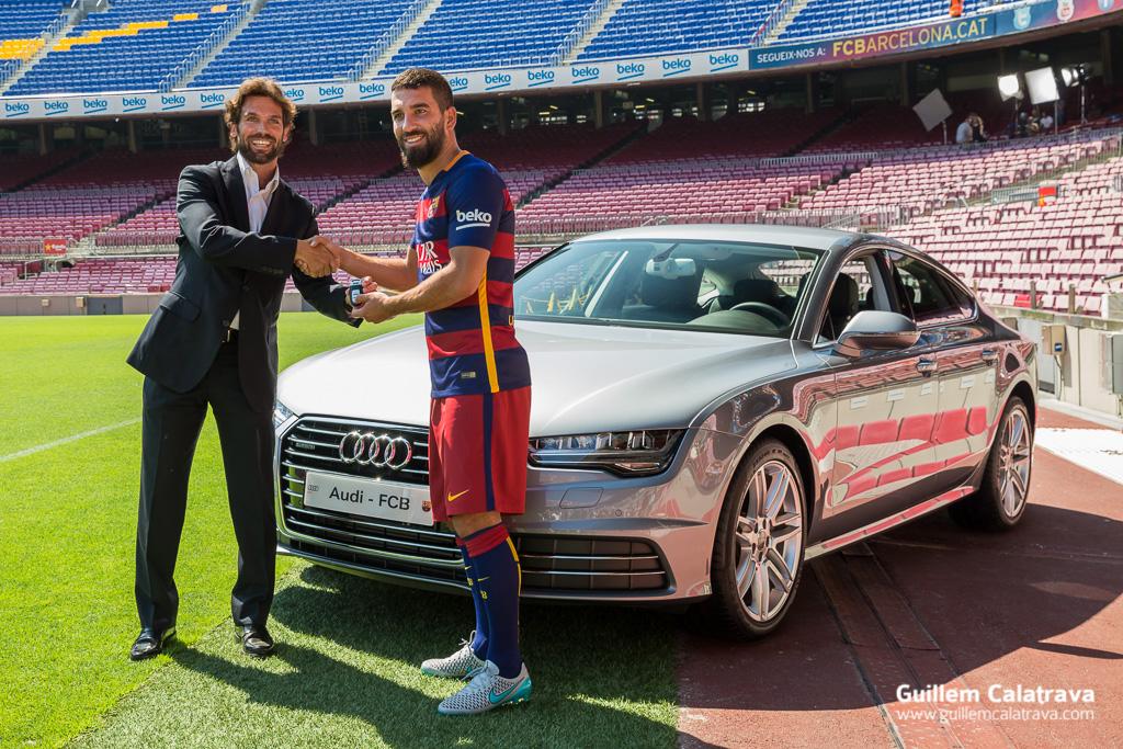 Fotografías de Arda Turan durante la presentación en el FC Barcelona