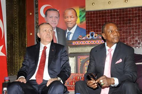 Le président turc Recep Tayyip Erdogan (gauche) et son homologue guinéen Alpha Condé, le 3 mars à Conakry.