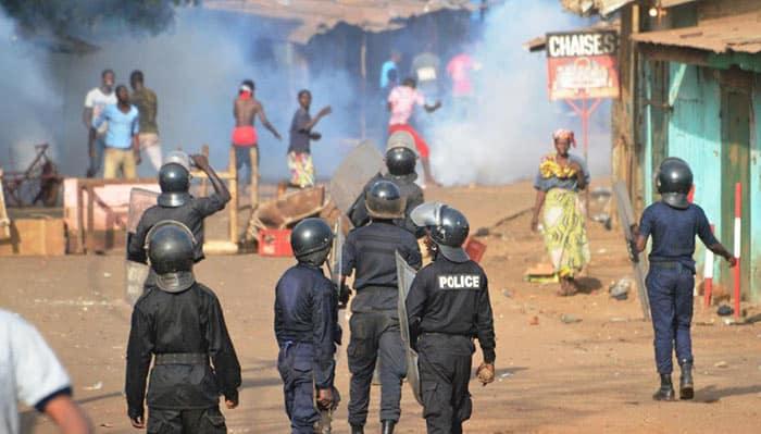 Des policiers et des manifestants dans une rue de Conakry, le 20 février 2017. © CELLOU BINANI / AFP