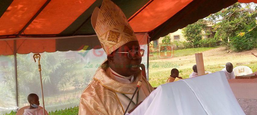 """Fête de Pâques à N'Zérékoré : """" Comment pouvons nous dire  dans le même temps nous dresser les uns contre les autres au point de supprimer les vies humaines…"""" évêque de N'Zérékoré."""
