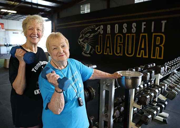 Oldest-competitive-powerlifter-edith-murway-traina-with-friend-lifting-weights