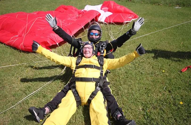 Fotos, Curiosidades, Comunicação, Jornalismo, Marketing, Propaganda, Mídia Interessante Oldest-tandem-parachute-jump-landing_tcm25-484153 Homem mais velho do mundo a pular de paraquedas Cotidiano Curiosidades  pular de paraquedas