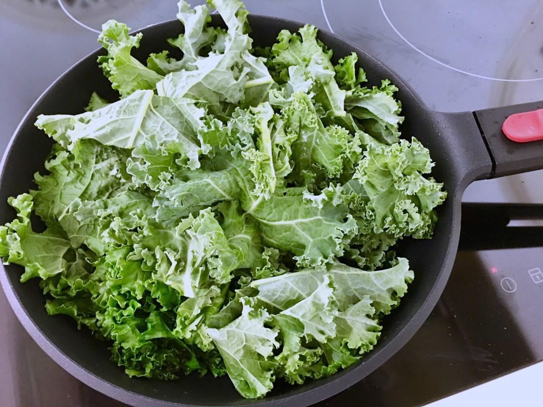 kale en la sartén