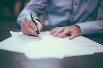 Un homme écrit une lettre d'amour