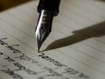 Écrire une lettre d'amour avec un stylo plume